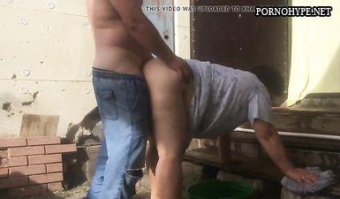 Жирную деревенскую доярку ебут раком около деревенского дома
