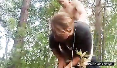 Парочка трахается в лесу во время сбора грибов в Подмосковье
