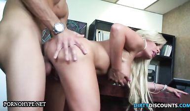 Молодой босс лижет и таранит мокрую киску пышногрудой секретарши в кабинете