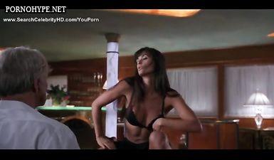 Стриптизёрша принимает душ после зажигательного обнаженного танца в клубе