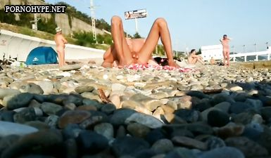 Парочка не смущается ебаться прилюдно на пляже