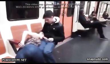 Молодуха сосет хуй в вагоне метро на глазах у всех