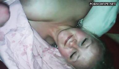 Брат передернул толстый хуй возле спящей сестры и спустил липкую сперму на лицо