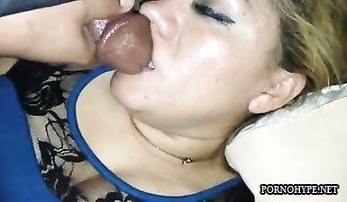 Пошлый пацан онанирует писюн над лицом спящей тетушки и кончает на ее губы