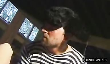Небритый мужик в ушанке засаживает стоячий хуй в волосатую пизду деревенской шлюхи