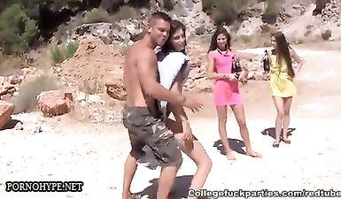 Молодые шлюхи на пляже ебутся с друзьями и безо всякого стыда сосут потные члены