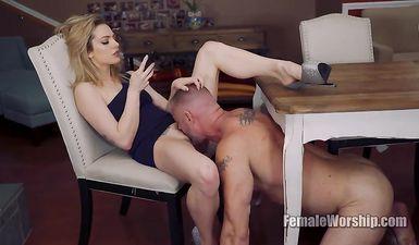 Муж делает куни жене под столом пока она разговаривает с любовником