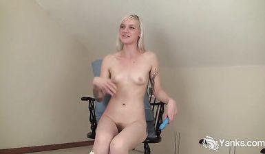 Блондинка с очень маленькими сиськами мастурбирует пизду и клитор