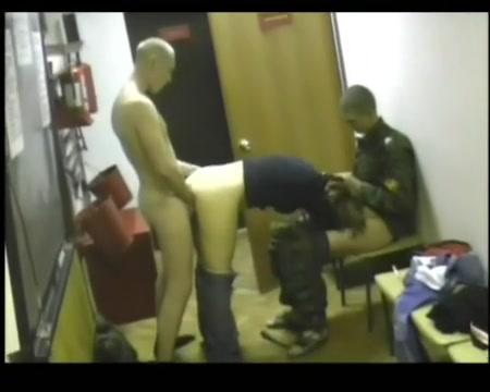 Порно солдаты ебут шлюху в казарме