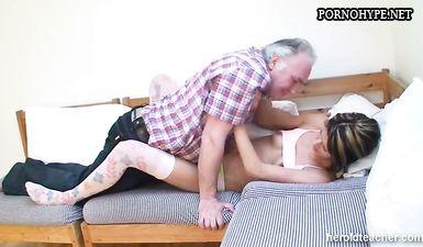 Отец лижет письку у спящей дочки