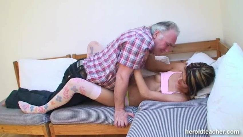 Лежит лижет киску, порно неожиданно дала фото