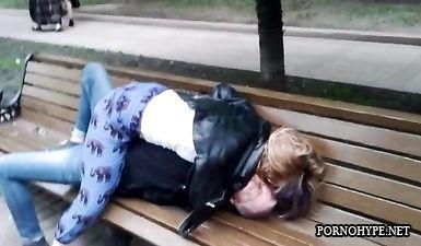 Пьяная пара занимается петтингом на лавочке в парке