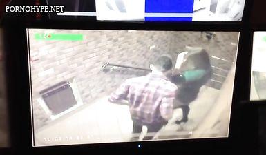 Охранник смотрит через камеру наблюдения как трахаются в подъезде