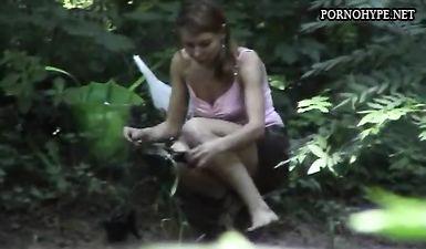 Скрытая камера сняла как девушка переодевается в кустах