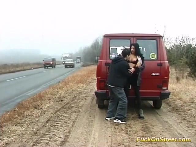 Лесбиянки на природе около машины, красный анальный секс в нижнем белье