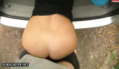 Трахает стройную блондинку на капоте машины в лесу
