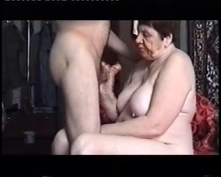 Сосет старая баба