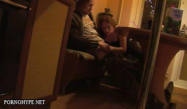 Молодая жена ночью делает мужу минет на кухне