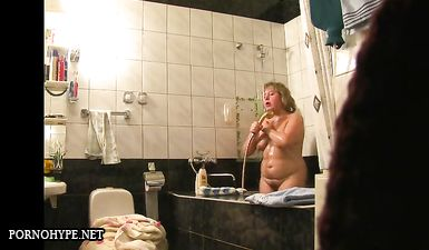 Толстая мама купается в душе - скрытая камера