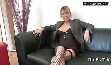 Зрелая дамочка демонстрирует на кастинге свои сексуальные способности
