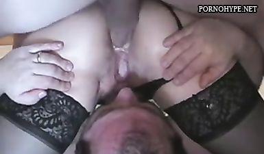 Усатый муж лижет пизду жены и позволяет другу выебать ее в очко