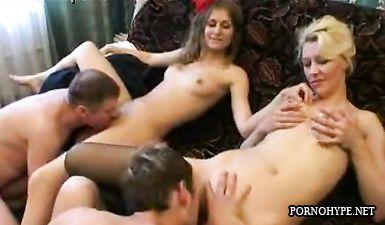 Групповой секс русских на диване