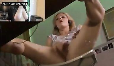 Одинокая крошка смотрит порно и тщательно мастурбирует пипиську пальцами