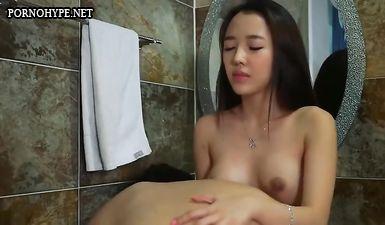 Мужик в ванной комнате делает куни красивой азиатке