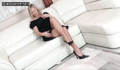 Сексуальная дамочка в чулках и на каблуках зазывает на секс
