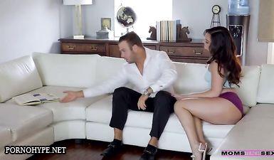 Мачеха и ее подруга трахаются с пасынком на диване