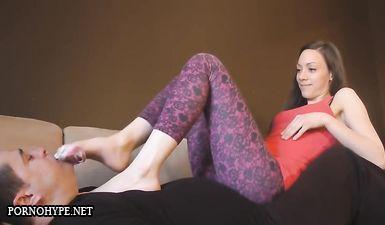 Женушка в лосинах дает мужу лизать ноги после работы