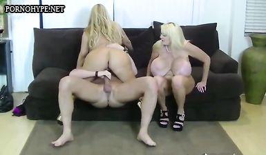 Две блонды с огромными дойками ебуться в лысые промежности на диване