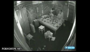 Мужик трахнул любовницу в киску в хостеле и попал на скрытую камеру