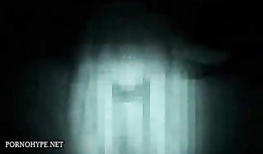 В ванной сучка ласкает письку и сама себя снимает