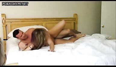 Мужик засадил хуй в пизду красивой жены и вздрючил ее раком