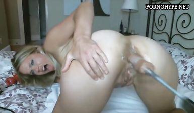 Блондинка показывает на камеру как ебет себя в жопу секс машиной
