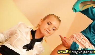 Властная стервозная блондинка поссала в рот любимой подруге