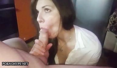 Опытная жена показывает на камеру как глубоко умеет сосать