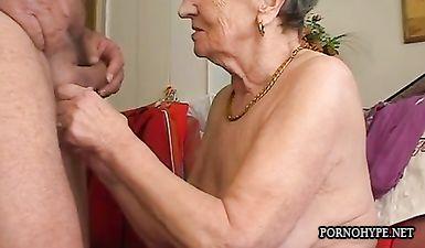 Бабушка сосет своему внуку член крупным планом и ждет когда сперма выльется на ее сиськи