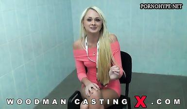 Сексуальная блондинка успешно прошла кастинг и получила роль эротической модели