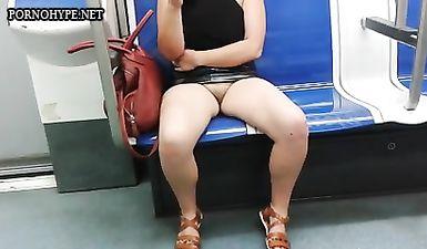 Студент заглядывает под юбку незнакомки в вагоне метро с помощью любительской камеры
