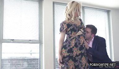 Блондинка в чулках изменяет мужу с обладателем большого члена на черном диване из кожи