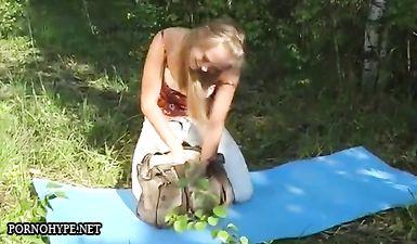 Русская блондинка решила позагорать голой на природе, но тут появился деревенский парень и трахнул телочку в разных позах