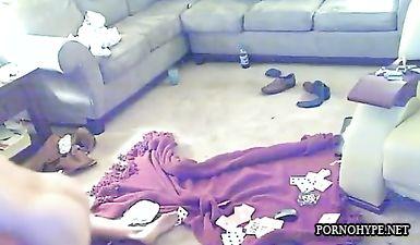 Девка проиграла в карты свою пизду и пришлось трахнуться с двумя мужиками на полу