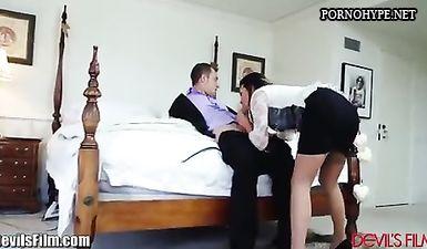 Застал 30-ти летнюю супругу за изменой с молодым агентом в спальне, на супружеском ложе