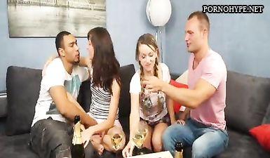 Русские студенты угостили первокурсниц шампанским и занялись с ними групповым сексом на любительскую камеру