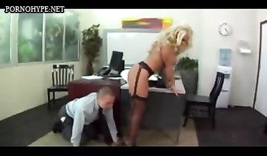 Босс блондинка принуждает подчиненного к оральному разврату, застав стажера спящим на рабочем месте