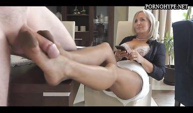 Бабенка отказалась сосать, поэтому ей пришлось подрочить хуй ногами в сексуальных чулках