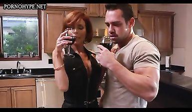 Рыжая мама сильно обрадовалась, когда к ней заглянул вечером сосед с большим членом на бокал вина