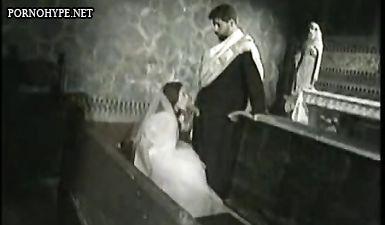 Невеста отсасывает у пастора перед вагинальным сексом с анальным проникновением прямо в храме